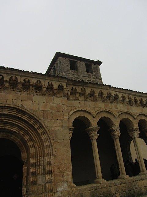 外から見た教会。よく見ると、柱頭や屋根の樋の部分がかなり凝っています。