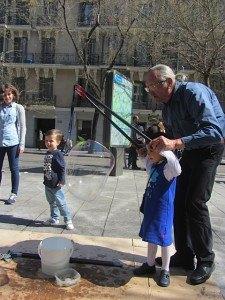 日曜日に子供達を連れて近くの歩行者天国へ。娘はこの風船が大好きです。