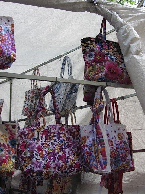 休暇に便利そうなバッグとパレオのセット。同じ布地はお洒落ですよね。