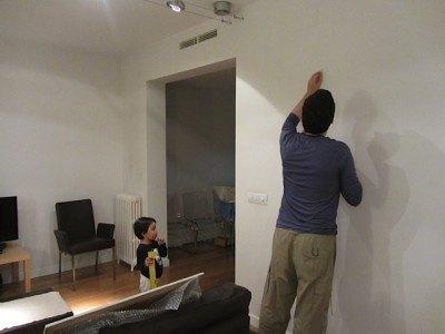 真っ白な何もないリビングの壁に初めて絵を掛けました。