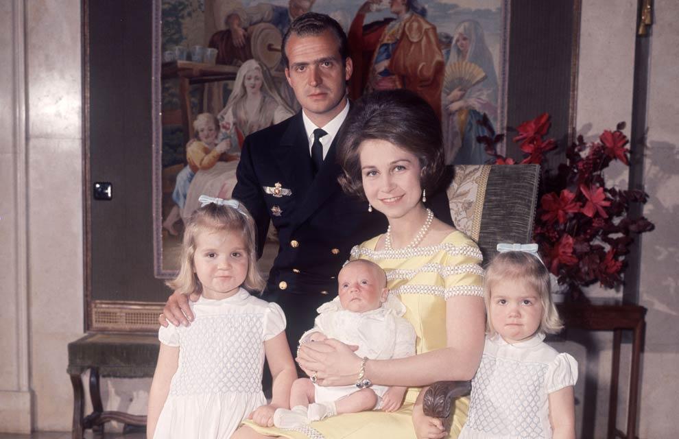 若い頃のフアン・カルロス前国王とソフィア前王妃。www.hellomagazine.comより。