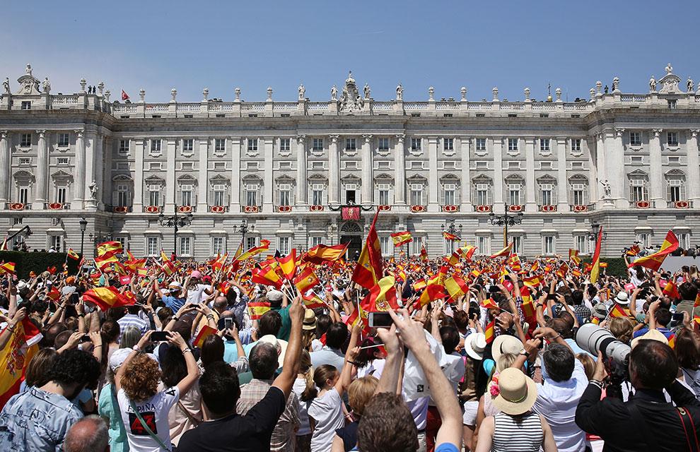 王宮の前の無数のスペイン国旗。El Mundo紙より。