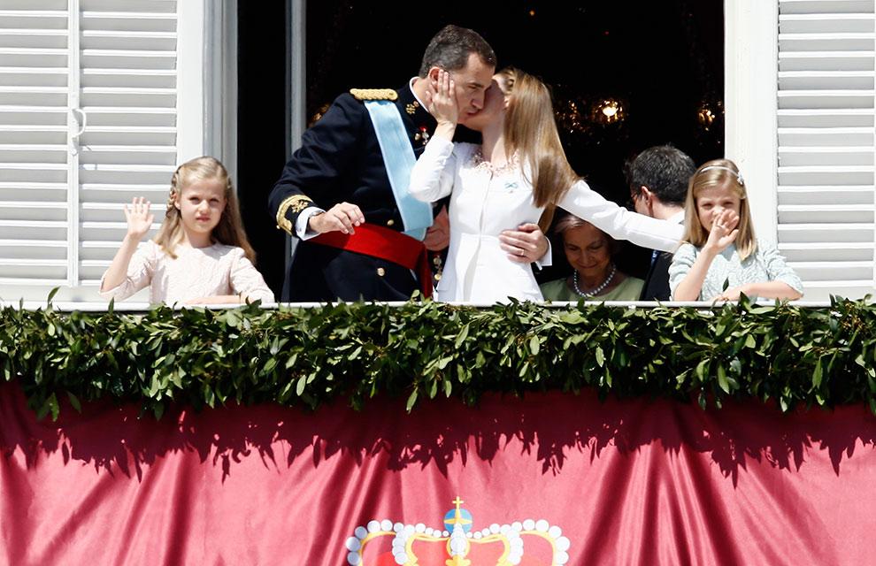 手を振るロイヤル・ファミリー。レティシア王妃がいつになく嬉しそうに見えました。El Mundo紙より。