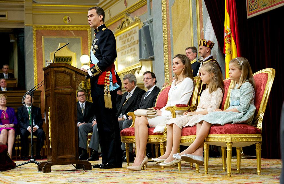 誓いの儀式。新王妃レティシアが始終子供達に気を配っていたことが伝えられています。写真はEl Mundo紙より。