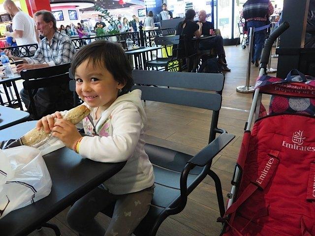 空腹で空港に到着したので、娘のリクエストの「スモークサーモンのサンドイッチ」を購入。あってよかったです!