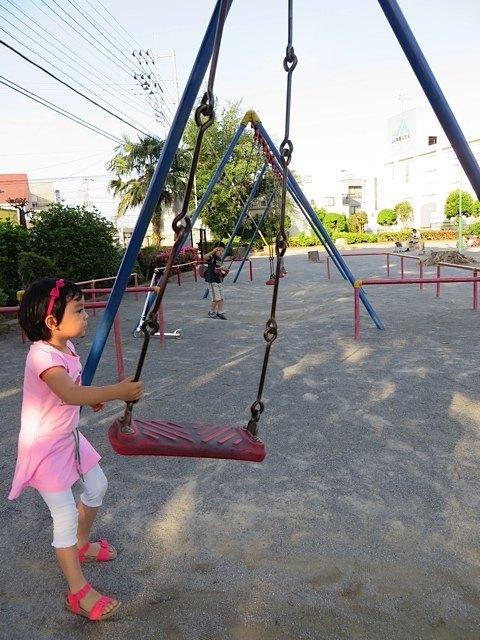 公園で遊んでいる時に、さり気なく娘にブランコ乗りを見せようと頑張る男の子がいましたが、娘は全く気づかず・・・。