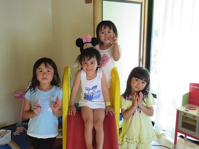 従姉妹達と一緒にすべり台で、ハイチーズ。