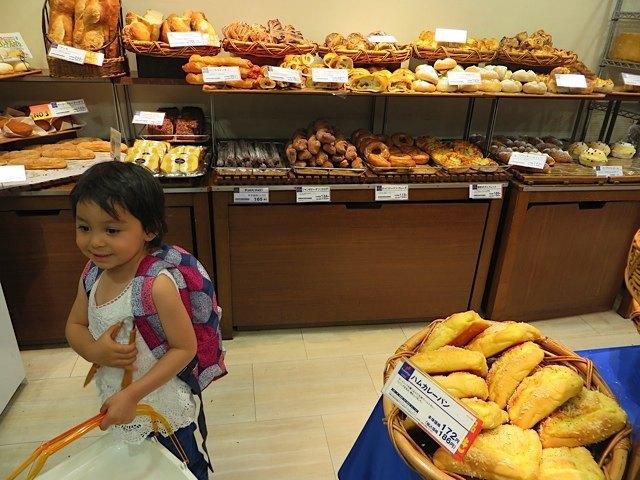パン屋さんで元気を取り戻す娘。こういう種類が豊富で直接選べるパン屋さんは日本ならでは!