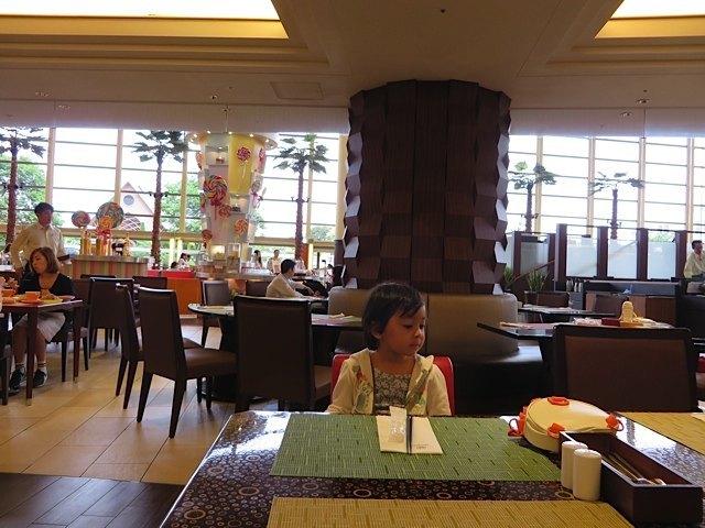 ビュッフェのレストランで。娘は納豆ご飯にはまっていました。