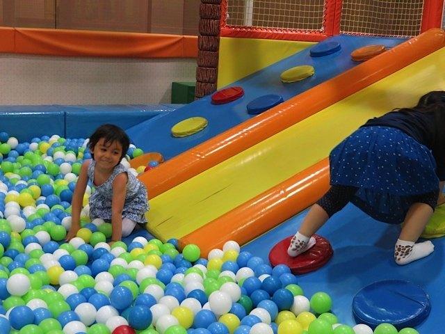 ボールが沢山あるプールでは、女の子二人大はしゃぎです。