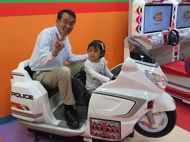 私が買い物をしている間に、父と娘は乗り物に。父の方が楽しんでいるようにさえ見えます。。。