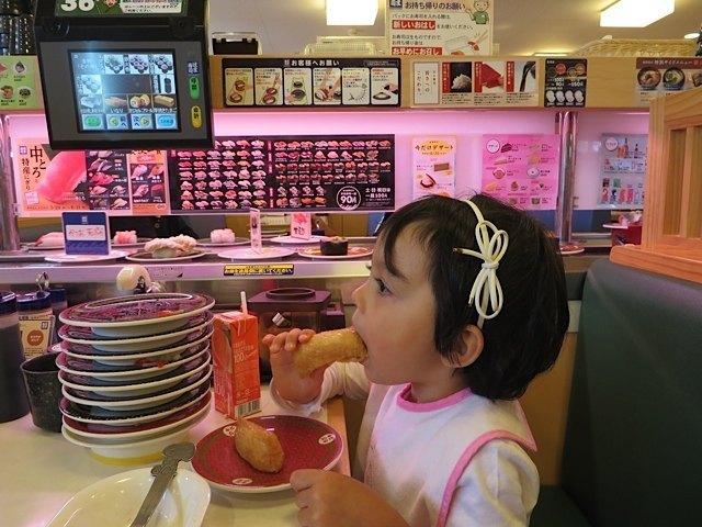 回転寿司も進化したなぁ、と感心。娘は納豆巻きとお稲荷さんが専門でした。