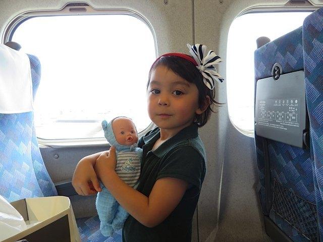 お気に入りの人形、「ニコラスちゃん」と一緒に新幹線で。どこでも一緒の旅でした。