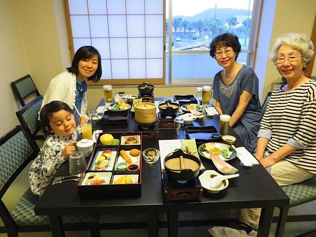 ホテルでの食事は和食らしく季節感があって、とても美味しかったです。