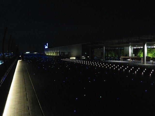 夜の展望台。T2はデッキが光るようにできていて、最後の最後まで空港での時間を楽しめました。