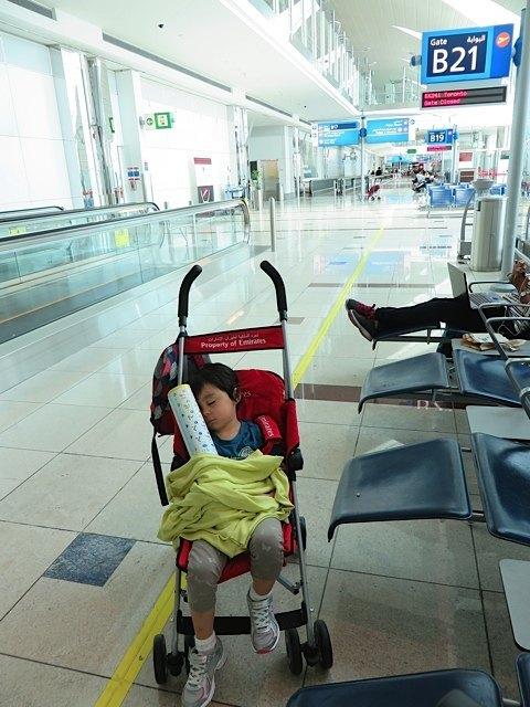 ひらがな帳を抱えたままドバイの空港で眠る娘。