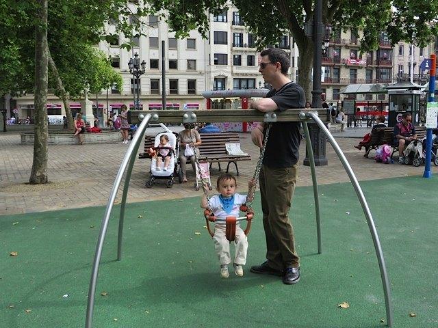歩き始めたばかりの息子も、公園が気に入ったらしくずっと歩いていました。