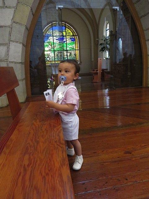 教会で歩き回る息子。夫の協力のお陰で、何とか静かにしていてくれました。