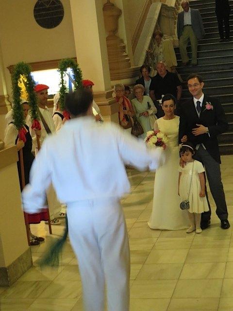 ロレアの弟の踊るダンス。なぜか娘が新郎新婦に走りより、3人でダンスを正面から見物する形に。