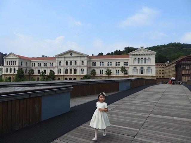 式の後に、本領を発揮して走る娘。後ろに見えるのがデウスト大学。
