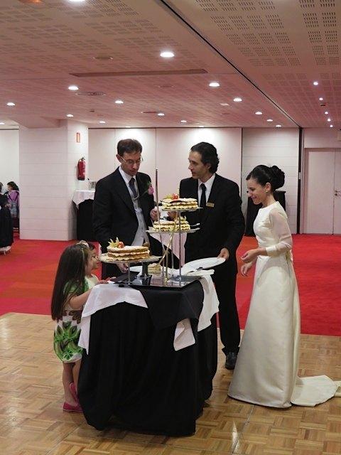 ケーキを切る新郎新婦。こういう場面で写真を撮る人がそこまで多くないのが日本と違う所かも知れません。