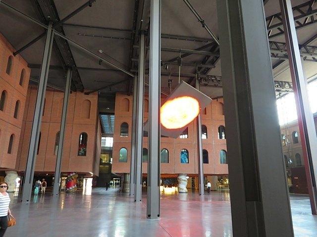 アロンディガの内部。当初のれんが造りの建物の特徴を生かしつつ、柱のデザインや照明に新しい要素を取り入れています。