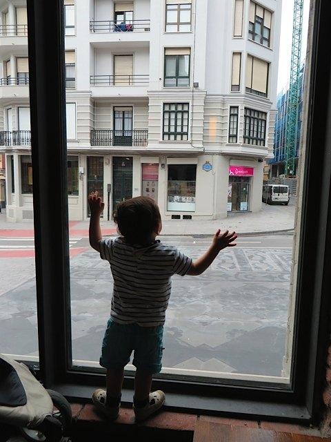 建物の中で一度お昼をいただきました。息子が外の風景に見とれていると思ったら・・・