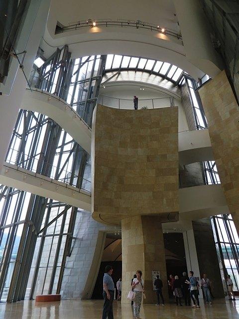 美術館の中。外観もさることながら、建物の内部の複雑さにも驚嘆です。