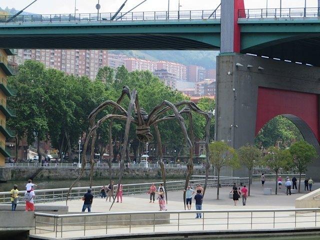 グッゲンハイム美術館敷地内にあるルイーズ・ブルジョワ(Louise Bourjeois)の有名な作品のクモ。六本木にもありますね。