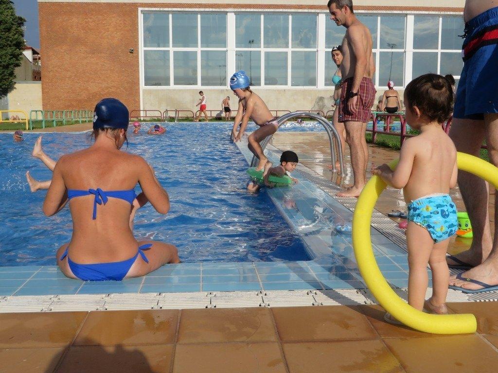 プールに飛び込むヒメナと浮き輪で楽しむかおり。プールに入る前の健斗。この後、健斗の水恐怖症が始まりました。。。