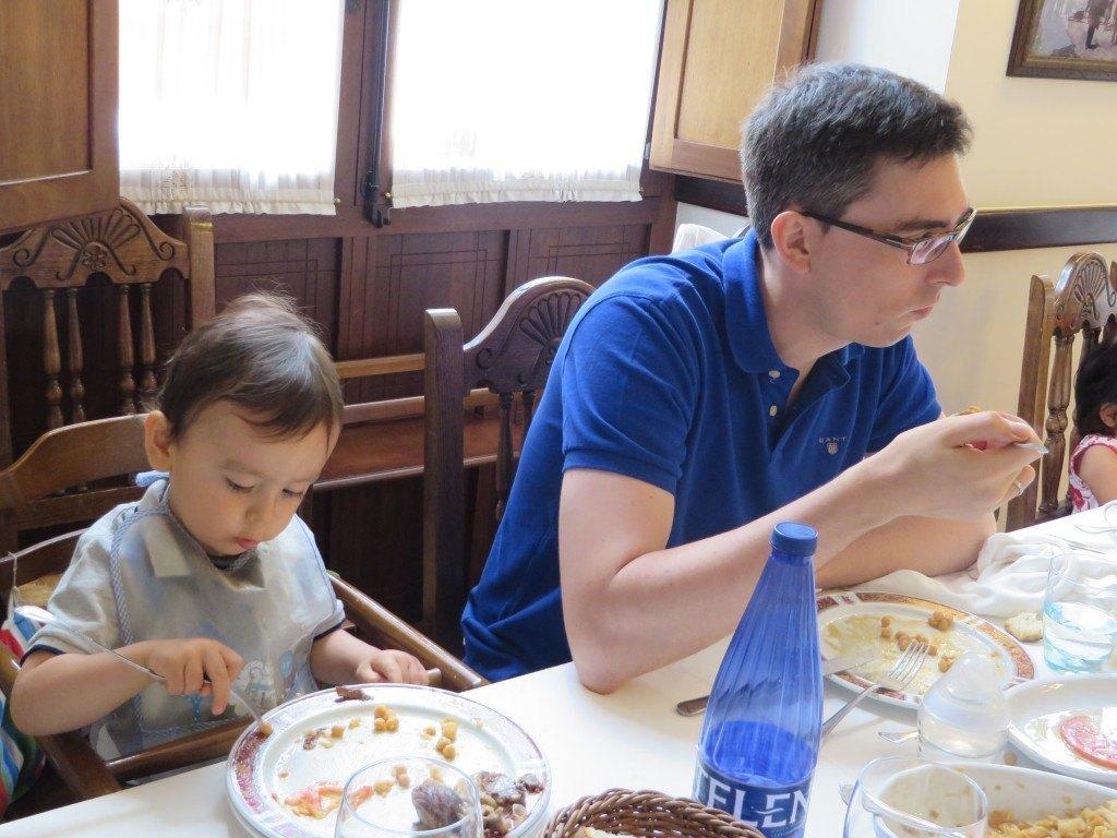 1歳半にして、お豆を一粒一粒フォークで刺して食べるのは…ひとえに食欲のなせる業でしょう。