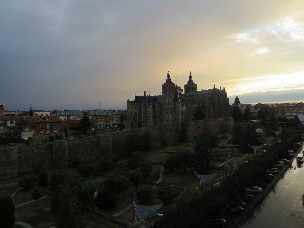 マリアとフランの家から見えるアストルガの大聖堂と主教館。とても印象に残りました。