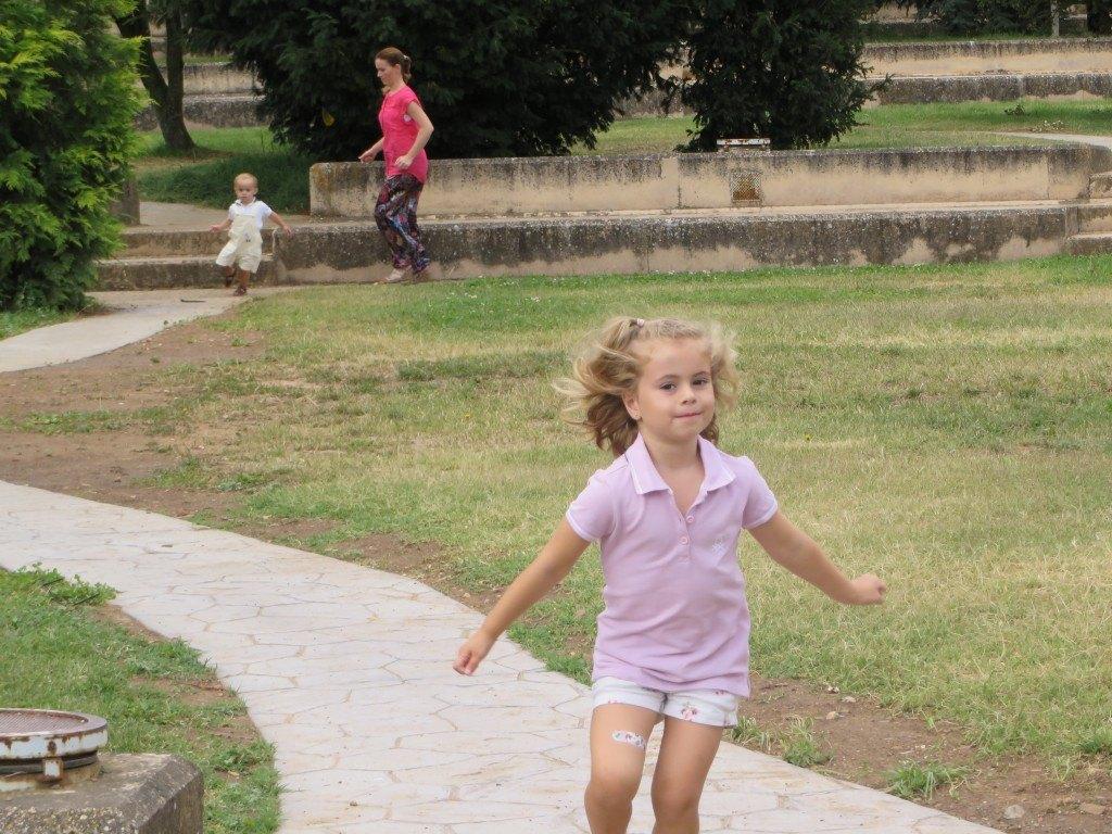 とにかく子供達はよく走ること走ること…。マリアも走ります。