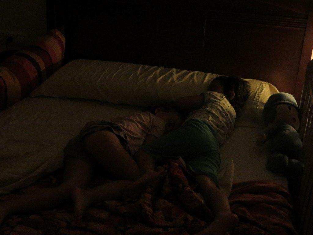 疲れきって寝てしまった女の子達。