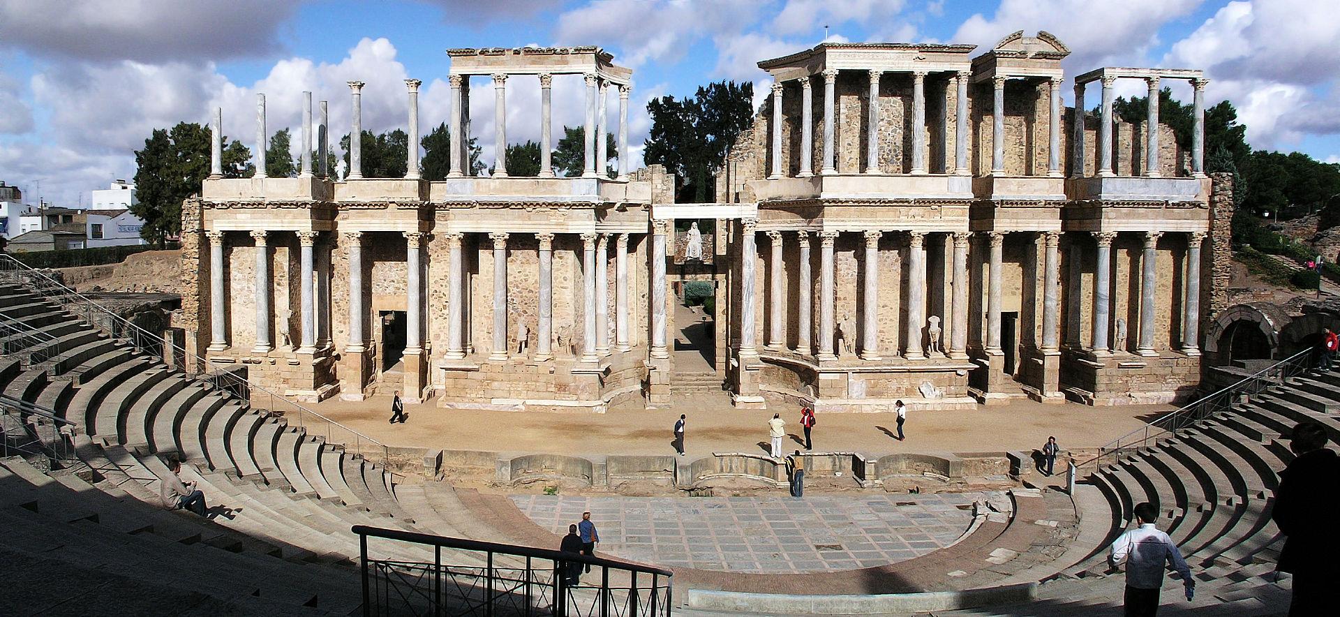 メリダのこのローマ時代の劇場はあまりにも有名です。夏にはオペラ等も開催されます。http://es.wikipedia.org/wiki/V%C3%ADa_de_la_Plata