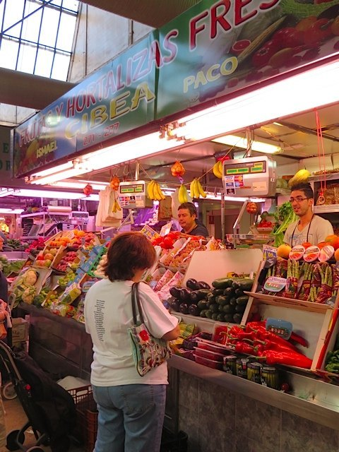 本当に美しい野菜と果物。お店の人達もとても親切で、皆に一切れずつ果物を配っていました。