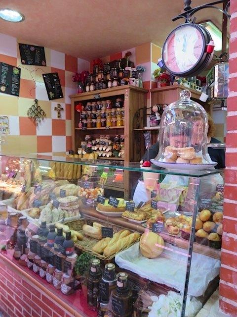 パン屋さん。ここのお菓子も美味しそうでした。