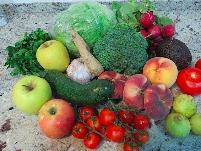 買った野菜や果物の数々。緑の丸いものは、白イチジク。どれもとてもキレイですよね。