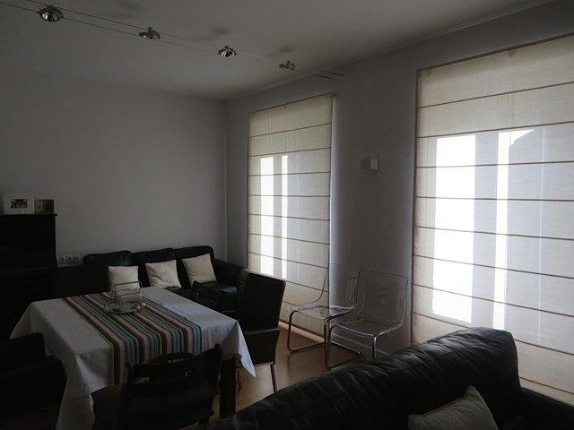 ブラインド設置後。写真では分かりにくいですが、シンプルなブラインドながらも部屋全体が明るくなりました。