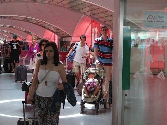 駅に到着する夫と娘。車で戻ってくる義両親と息子のスペースを確保すべく、娘は息子のベビーカーにて帰宅です。