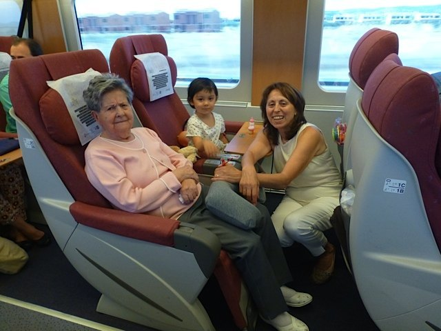 おばあちゃま、ひいおばあちゃまと一緒にマドリッドから移動する娘。皆の協力のお陰で快適な旅となりました。