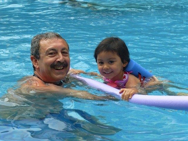 娘はプールが大好きになり、毎日プールに飛び込んでいました。