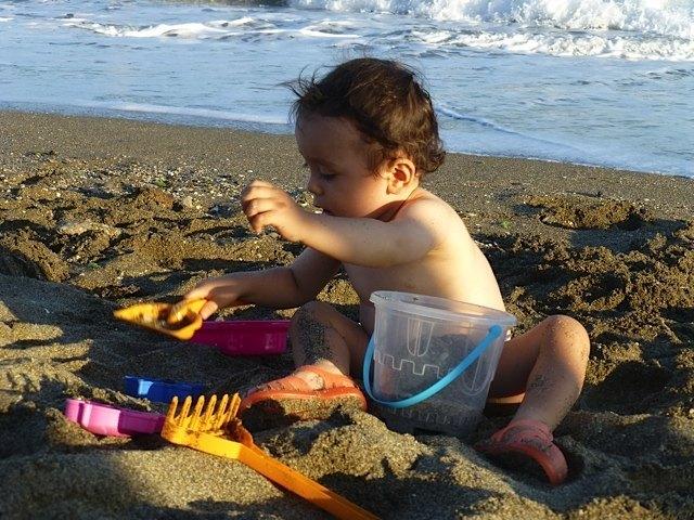 初日は海で大泣きしていた息子も、ようやく砂で遊べるようになりました。