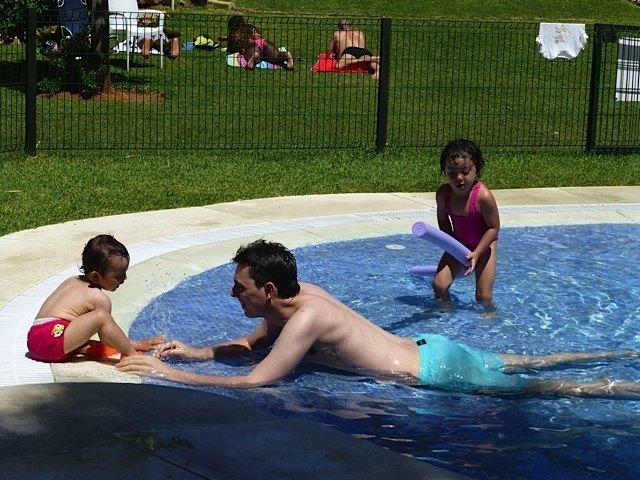 少しずつプールの水に慣れ…。