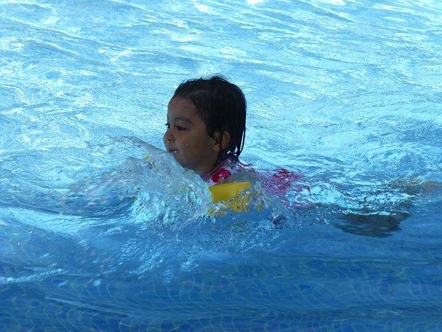 娘は、休暇中は毎日プールで泳いでいました。