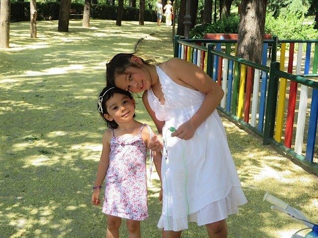 娘は年上のお姉さんと遊ぶのが大好き。公園以外でも子供達と交流する良い機会と思うようになりました。
