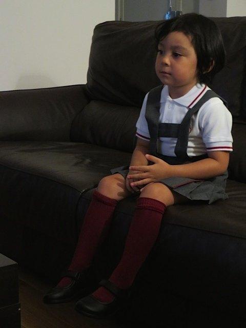 学校の制服を着て。親としては感無量でも、子供としてはどうでも良い感じです。