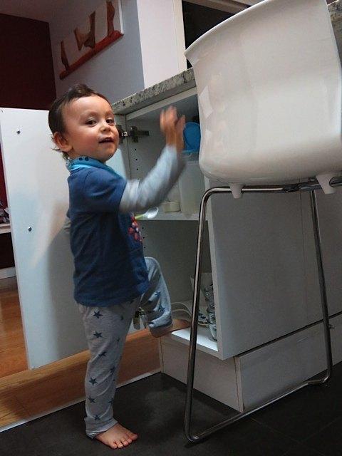 でも、ちょっと目を離すと食器棚に足が!本人、やってはいけないと既に自覚しているようですが…。