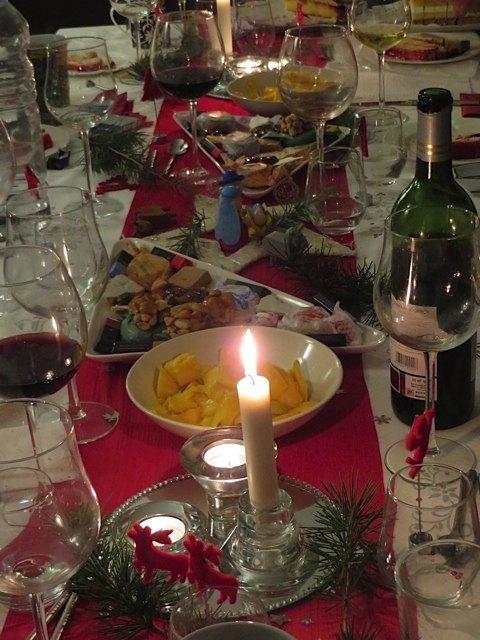 クリスマスイブの飾り付け。子供がいると、クリスマスはやはり伝統食の赤と緑で揃えたくなるようです。