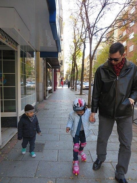 クリスマスプレゼントにもらったローラースケートを着けて。息子も興味津々です。